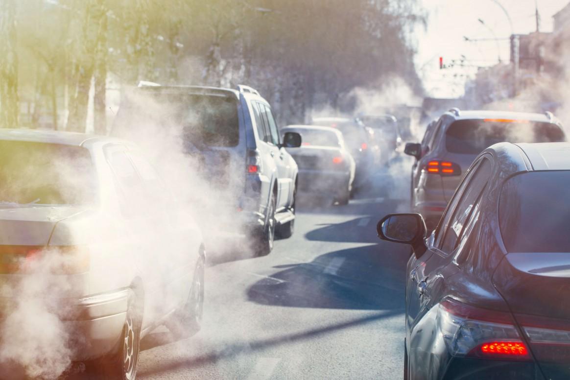 zanieczyszczenie powietrza na zatłoczonej ulicy