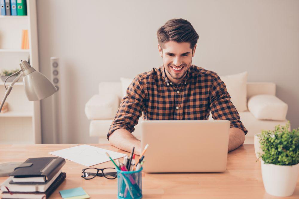 Mężczyzna używający laptopa przy biurku