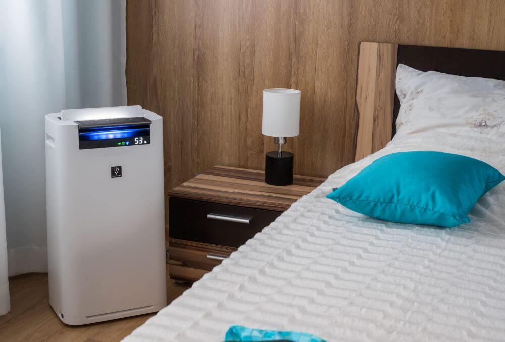 Oczyszczacz powietrza Sharp w sypialni - aranżacja