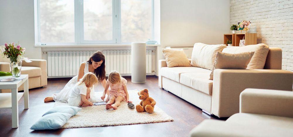 Oczyszczacz powietrza LIFAair - aranżacja w salonie, w otoczeniu dzieci