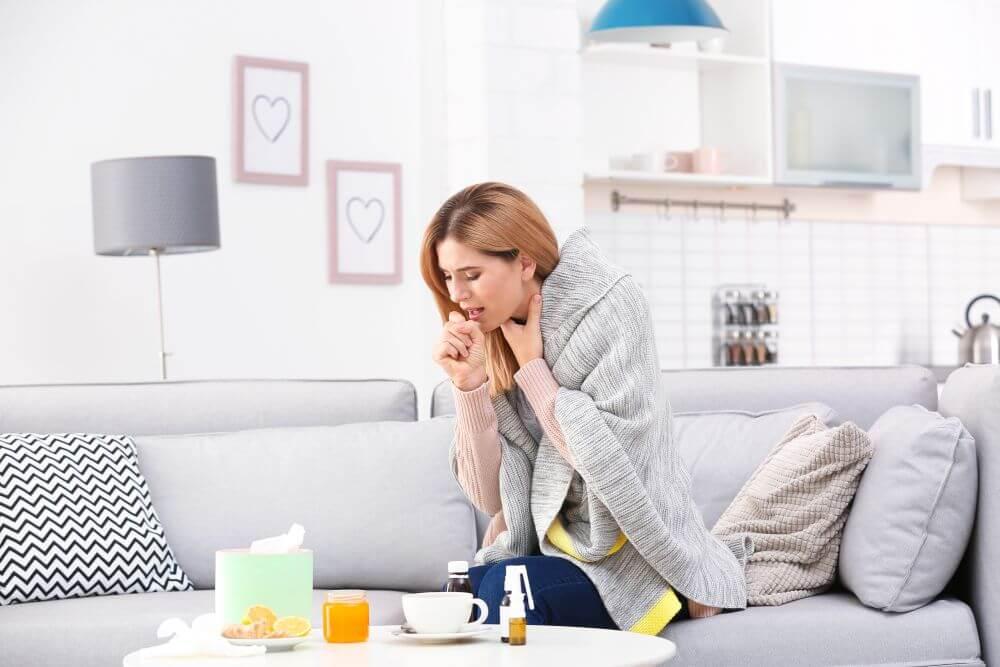 przeziębiona kobieta odpoczywająca w salonie