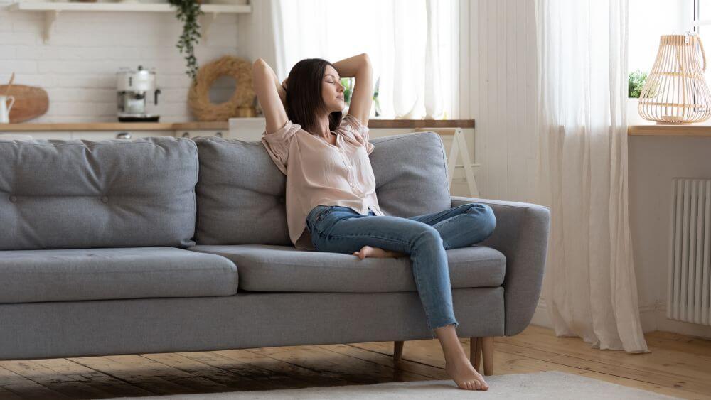kobieta odpoczywająca w pokoju dziennym