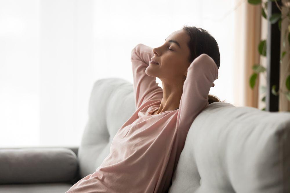 Kobieta relaksująca się w pokoju dziennym