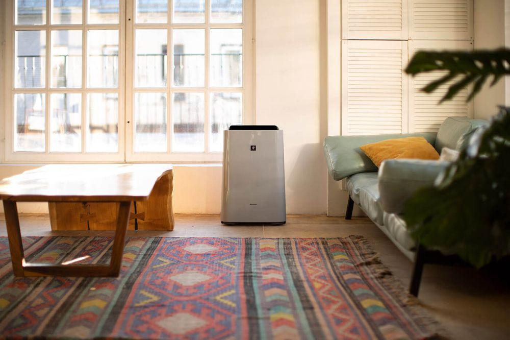 Sharp UA-HD50E-L - aranżacja oczyszczacza w pokoju dziennym