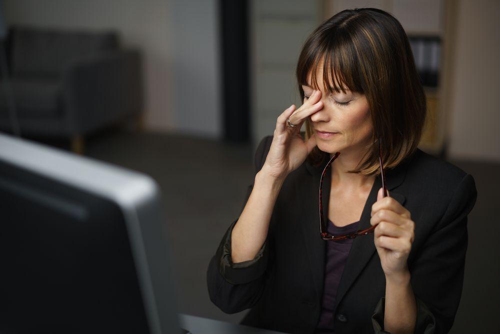 Kobieta odczuwająca zmęczenie podczas pracy